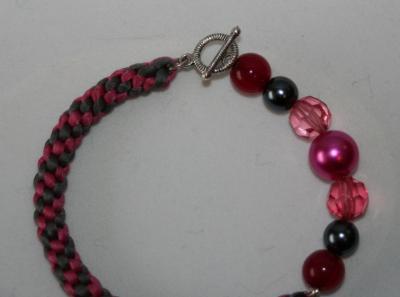"Bracelet tissu gris-rose, perles et charm's ""coeur""."