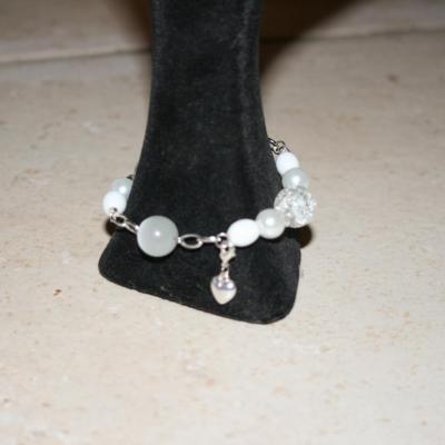 Bracelet blanc, perles-métal et son charm's coeur.