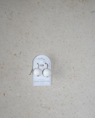 Boucles d'oreilles argent et boules porcelaine blanche.