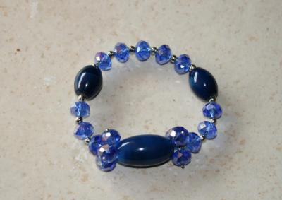 Bracelet bleu, perles, cristal de swarovski et porcelaine.