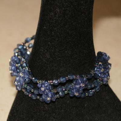 Bracelet bleu, multi-rangs en perles de verre.