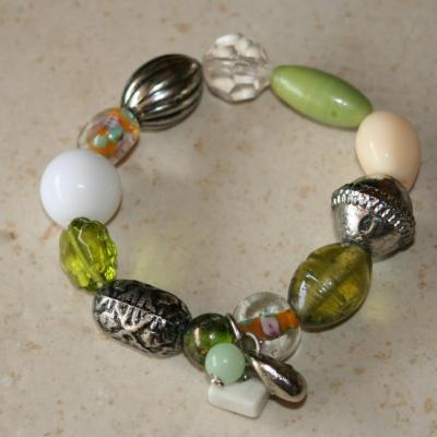 Bracelet vert-métal argenté, perles, porcelaine, verre et pampilles.