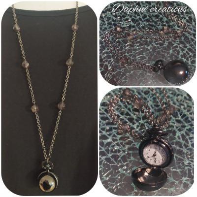 Sautoir noir, perles et pendentif montre.