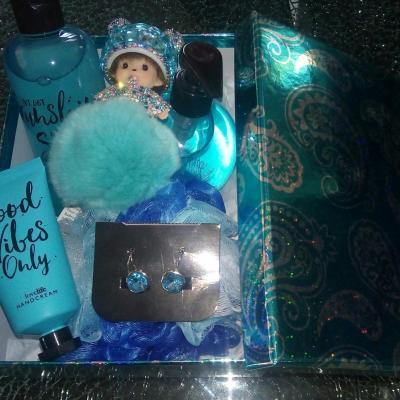 Coffret cadeaux turquoise, produits, boucles d'oreilles et kiki.