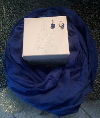 Coffret cadeaux, foulard et  boucles d'oreilles strass bleu.
