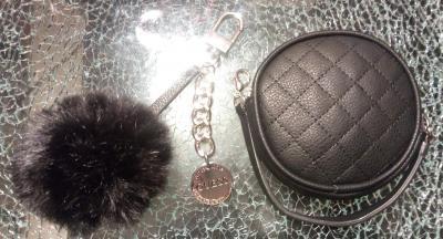 Porte-monnaie Guess et son bijou de sac pompon noir et médaillon