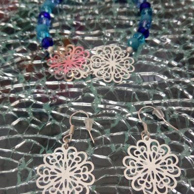 Bracelet bleu, perles cristal et fleurs argentées.