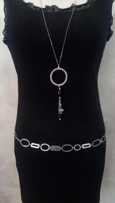 Ceinture-bijou argentée, cercles martelés, chaîne et maillons rectangles.