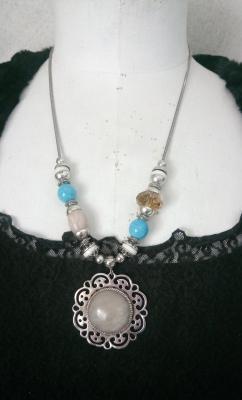 Collier chaîne, perles, pierres naturelles, cristal et pendentif cabochon beige.