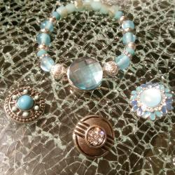Bracelet bleu, perles et cabochon