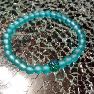 Bracelet bleu turquoise, perles givrées et perle effet strass.