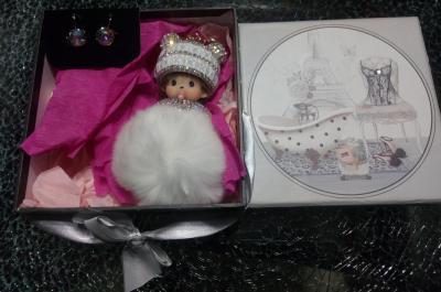 Coffret cadeaux style glamour, ruban- strass, boucles d'oreilles et kiki blanc