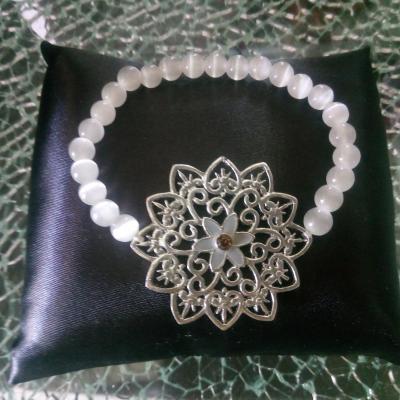 Bracelet perles naturelles blanches et fleur métal.