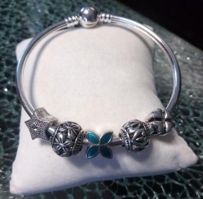 Bracelet charms rigide et ses charms