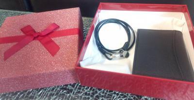 Coffret cadeaux, bracelet cuir noir et porte-cartes noir.