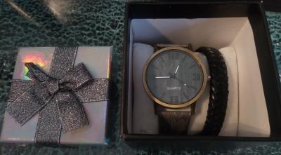Coffret cadeaux noir-argent, montre et bracelet tressé noir.
