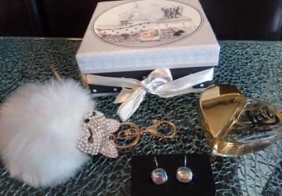 Coffret cadeaux style glamour, ruban- strass, boucles d'oreilles, renard strass et parfum coeur