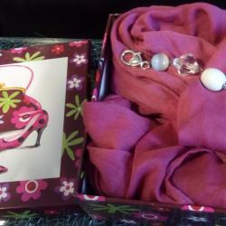 Coffret cadeaux, foulard snood rose et son bijou de sac, clé usb coeur