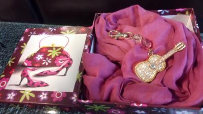 Coffret cadeaux marron-rose, son foulard snood rose et son bijou de sac, clé usb guitare.
