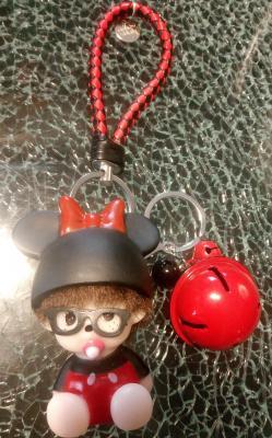 Porte-clé, bijou de sac kiki bonnet noir, noeud rouge et lunettes
