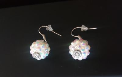 Boucles d'oreilles perles blanches et strass.