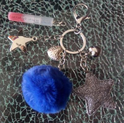 Porte-clés, bijou de sac, pompon bleu, étoiles, coeurs, gloss à lèvres.