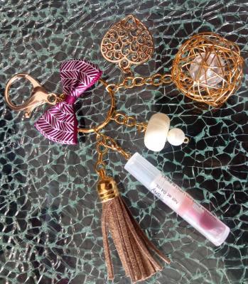 Porte-clés, bijou de sac, noeud, coeurs, pompon marron, perles et gloss à lèvres.