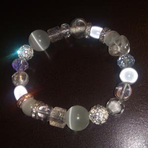 Bracelet blanc, perles, cristal de swarovski, oeil de chat et verre.