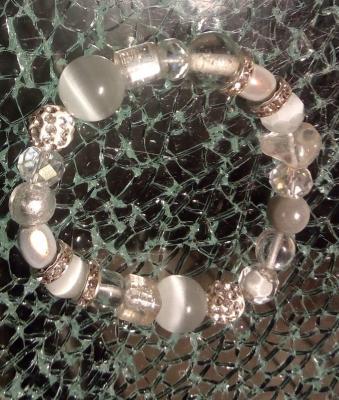 Bracelet blanc, strass, perles magiques, cristal de swarovski, oeil de chat et verre.