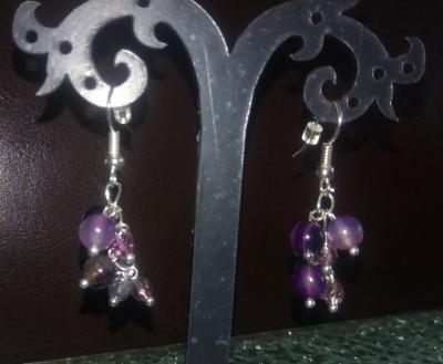 Boucles d'oreilles pendantes, prune cristal de swarovski et  pierres naturelles.