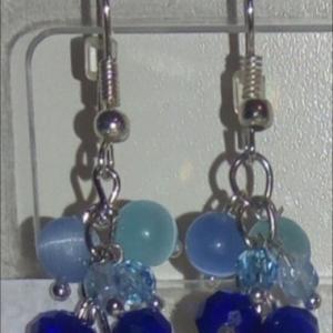 Boucles d'oreilles pendantes, bleu, cristal de swarovski et  pierres naturelles.