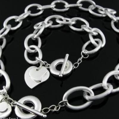 Parure plaqué argent, collier et bracelet, fermoir T et 2 coeurs superposés.