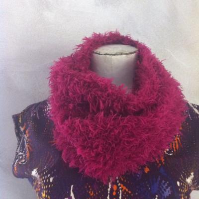 Col snood géant en laine fausse fourrure rose.