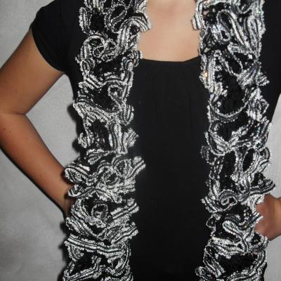 Echarpe frou-frou noire, liseret blanc et paillettes, laine ruban à volant.