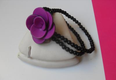 Bracelet 2 rangs de perles noires et fleur rose.