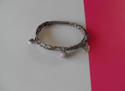 Bracelet tissu liberty, fleurs et pampilles coeur.