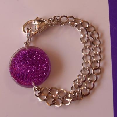 Bracelet cabochon violet et paillettes, chaines argentées.