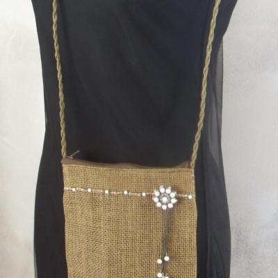 Sac besace en paille marron-fleur perles blanches strass et cristal de swarovski.