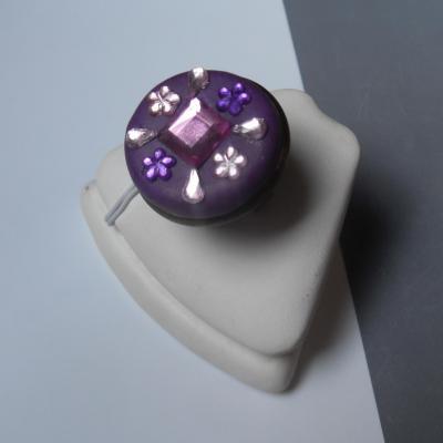 Bague ronde, gros cabochon violet et strass rose-violet.