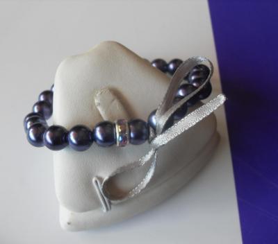 Bracelet perles nacrées, strass et ruban.