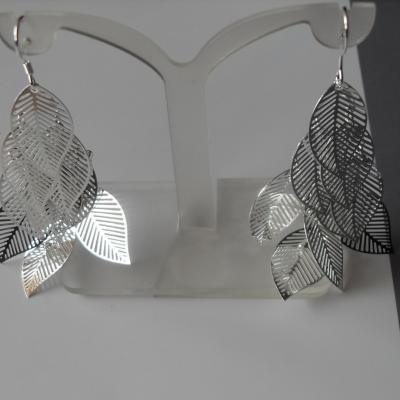 Boucles d'oreilles pendantes argent et feuilles.