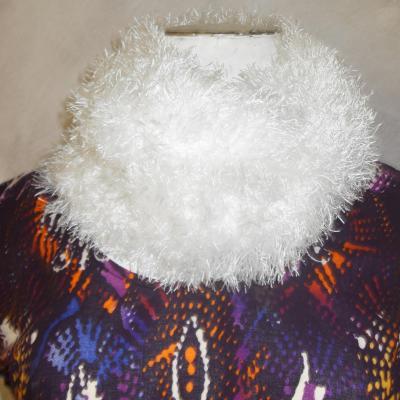 Col snood géant en laine fausse fourrure blanche.