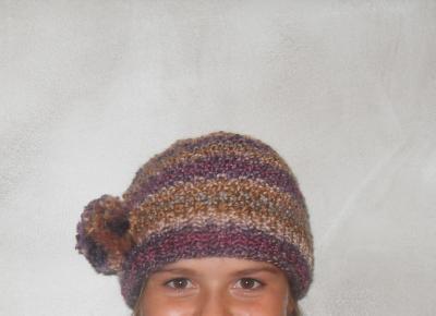 Bonnet laine multicolore prune, mauve, beige et pompon-cristal de swarovski.