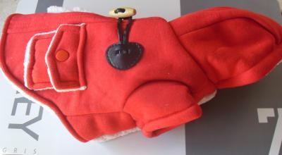 Vêtement chien, manteau duffle coat rouge et capuche.
