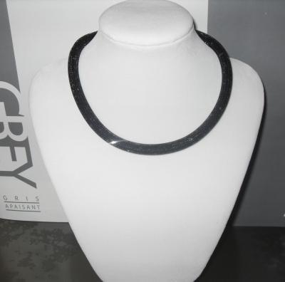 Collier Résille noir et strass-bracelet multitours 8 mm.
