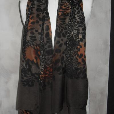 Foulard long, imprimé marron, noir et orange.