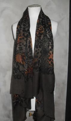 Foulard long, imprimé marron, noir et orange.