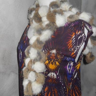 Echarpe longue en fourrure noire, blanche, grise.