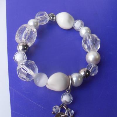 Bracelet blanc, métal argenté, perles et pampilles.