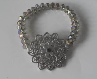 Bracelet perles en cristal de swarovski grise et fleur métal.